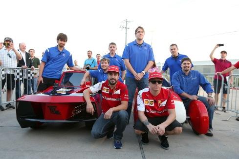 Los pilotos de Scuderia Ferrari, Fernando Alonso y Kimi Raikkonen manejaron los autos del Shell EcoMarathon producidos por los estudiantes de la Universidad Louisiana Tech, antes del Gran Premio de Fórmula 1 de Estados Unidos en Austin, Texas.